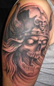 tatuaje calavera vikinga brazo