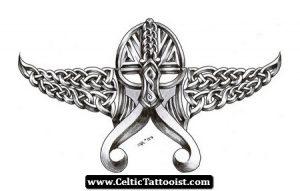 tatuaje casco celta vikingo con alas