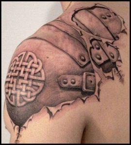 tatuaje celtico hombre piel levantada realista
