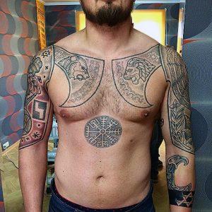 tatuaje hachas vikingas cuerpo compas celta