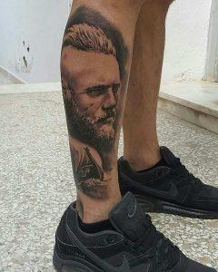 tatuaje ragnar serie vikings pierna gemelo