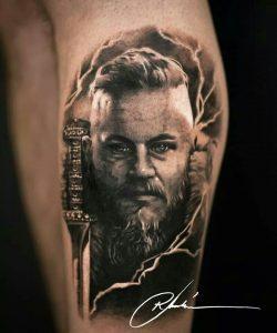 tatuaje ragnar vikings espada