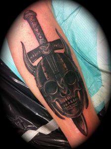 tatuaje vikingo calavera casco espada