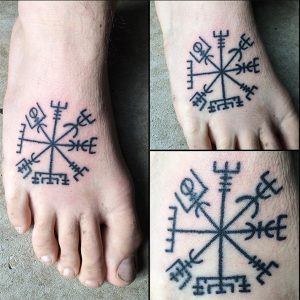 tatuaje vikingo compas celta pie
