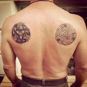 tatuaje vikingo hombre espalda celta